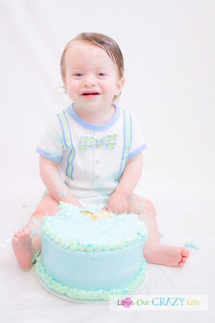 DIY Cake smash pictures with tips on the backdrop, props, and photographing baby.