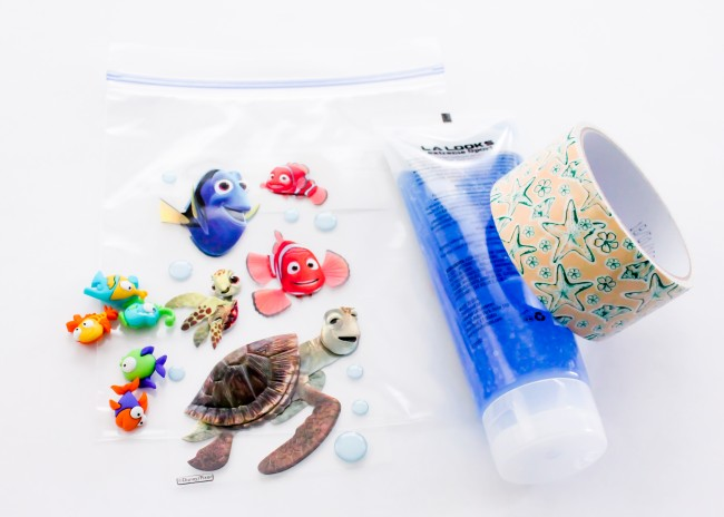 Super easy to make sensory bag that is Finding Dory themed!