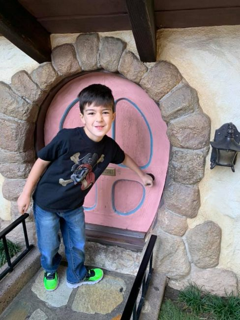 Disneyland photo spot with kid at White Rabbit's door